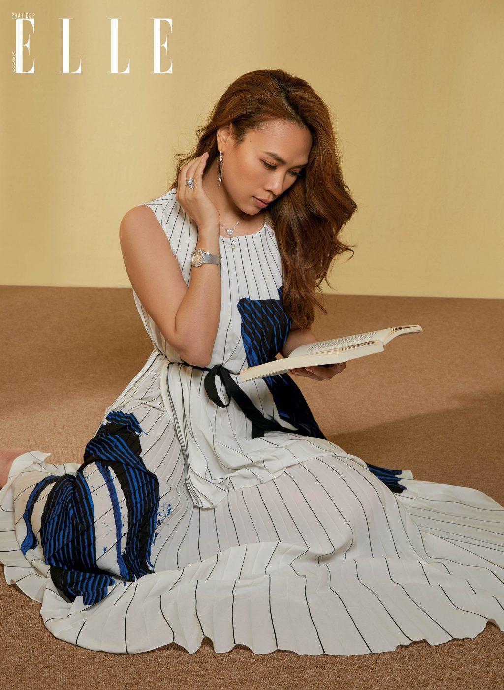 cô gái ngồi đọc sách