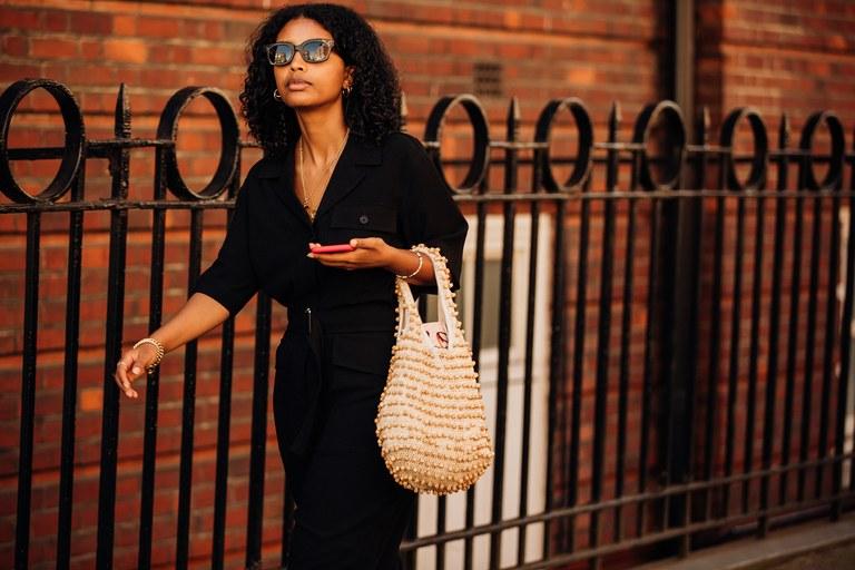 giỏ ngọc trai kết hợp trang phục đen tại Tuần lễ thời trang London Xuân - Hè 2020