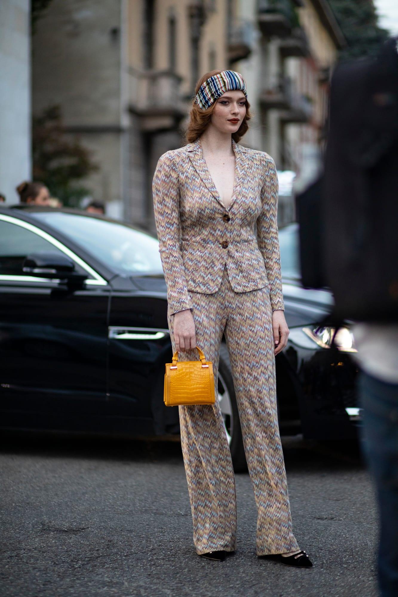 Hoạ tiết của phụ kiện tóc và trang phục hoà hợp về màu sắc - tuần lễ thời trang milan xuân - hè 2020