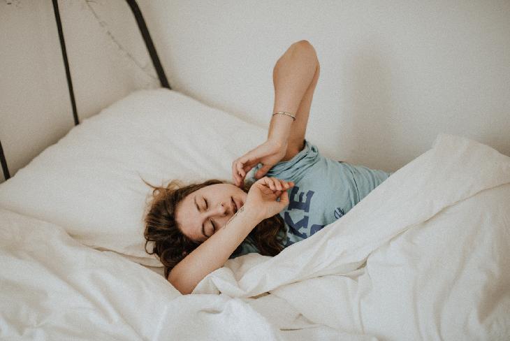 kéo dài tuổi thọ - cô gái nằm ngủ