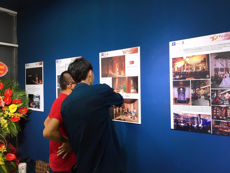khách thưởng thức tác phẩm trong triển lãm mỹ thuật và nội thất