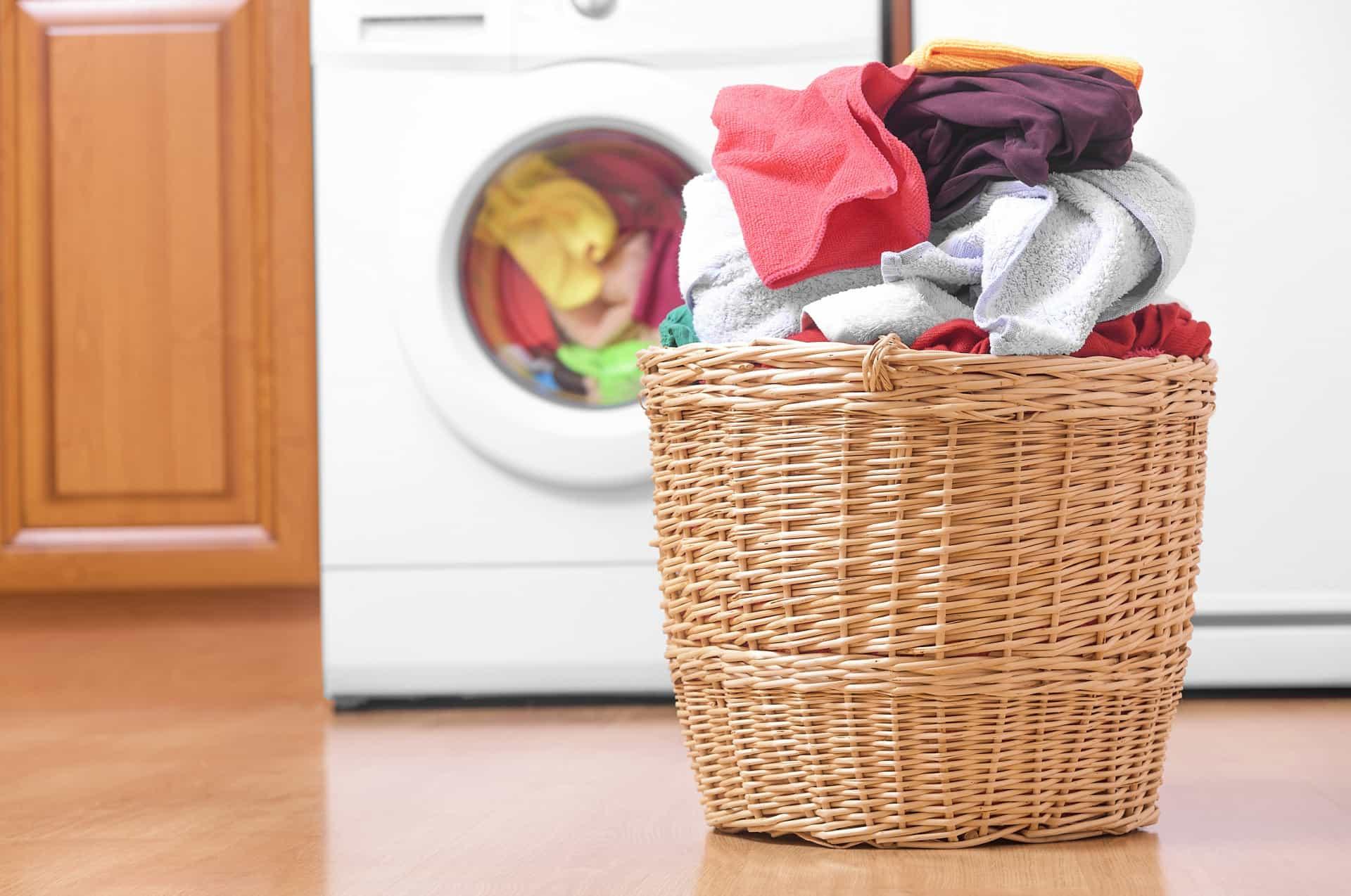 Không để quần áo ướt vào giỏ giặt