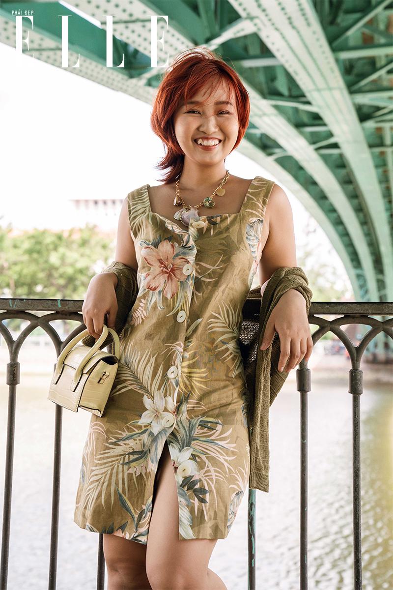 kiểu phối đồ với đầm hoa và áo khoác