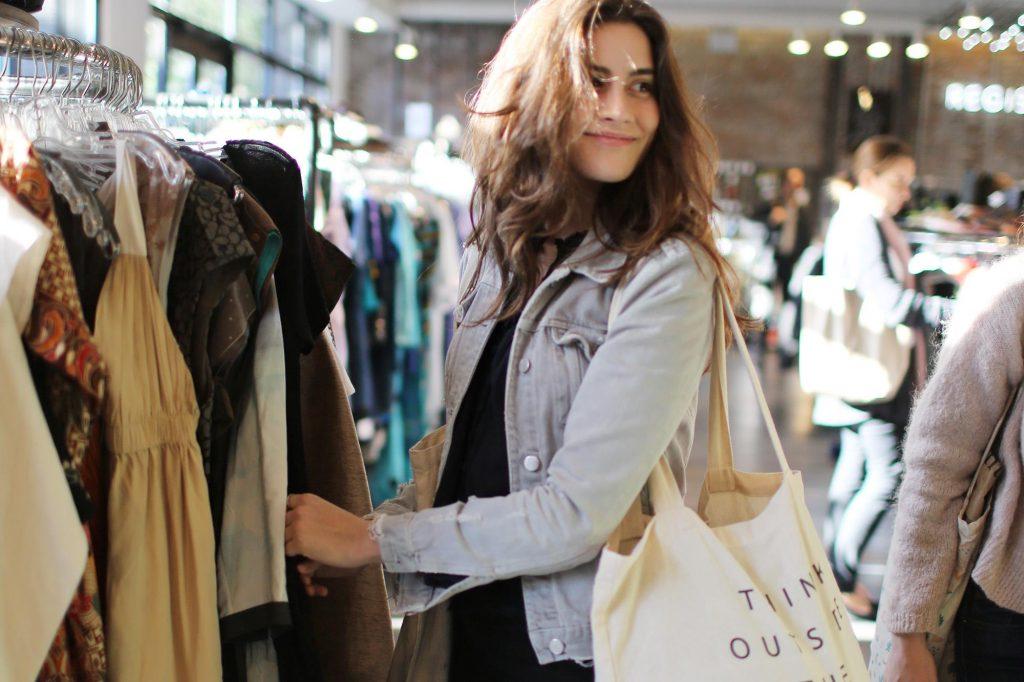 Mua sắm ở cửa hàng đồ secondhand được nhiều người yêu thích