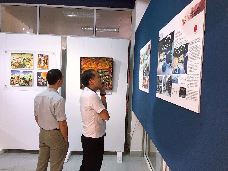 người tham quan triển lãm mỹ thuật và nội thất