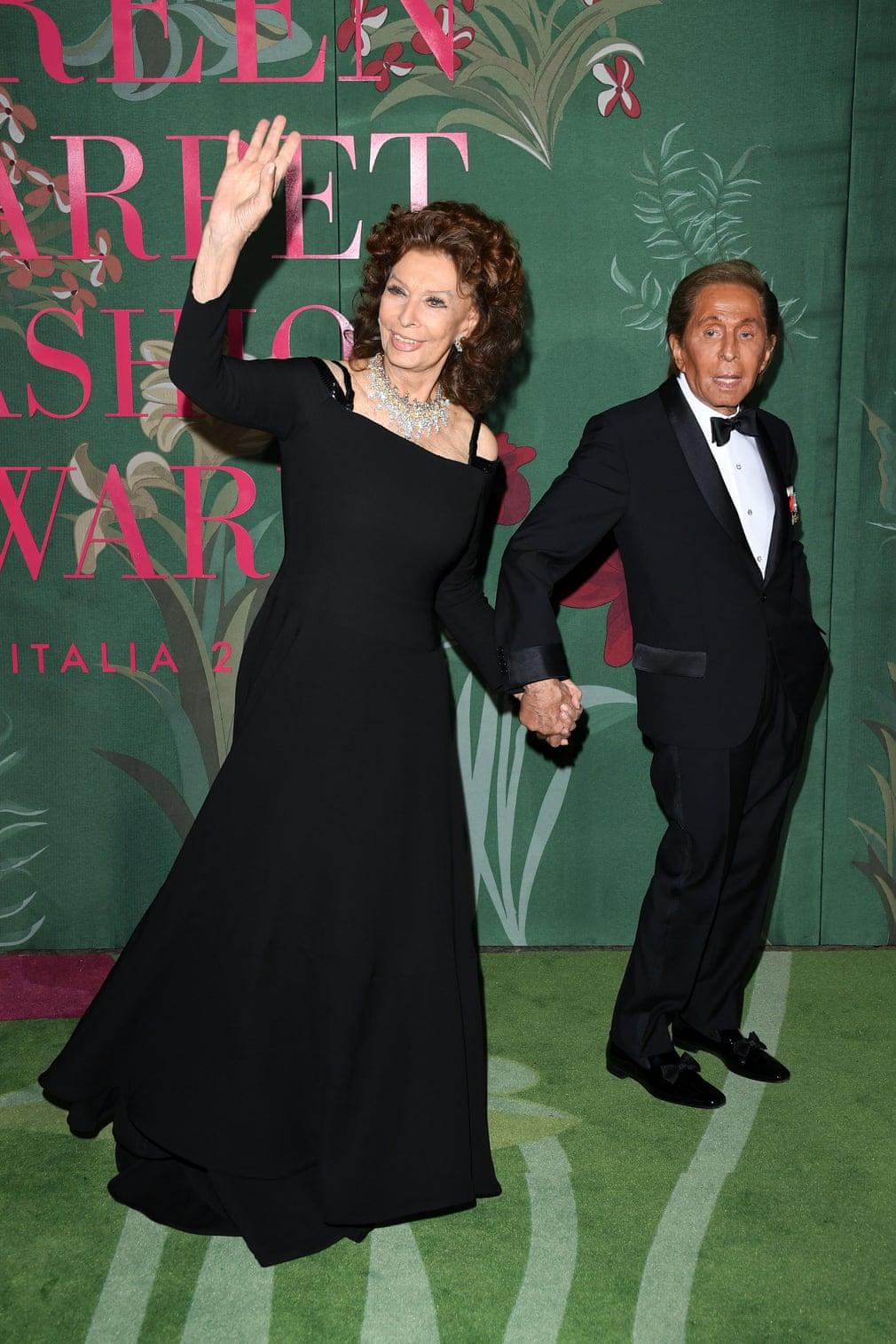 Nữ diễn viên Sophia Loren xuất hiện tại green carpet fashion awards với phụ kiện kim cương vintage từ Valentino. Đi cùng với bà là NTK Valentino Garavani. Trong sự kiện, ông được vinh danh giải GCFA legacy award