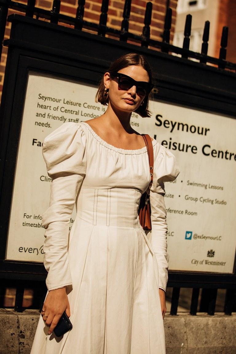 váy trắng kiểu dáng cổ điển trong Tuần lễ thời trang London Xuân - Hè 2020