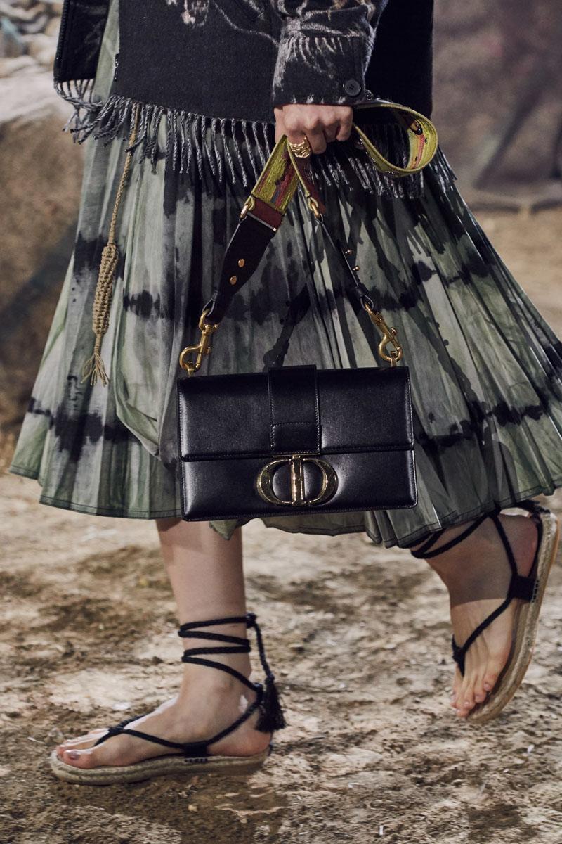 túi xách và giày sandals cói trong bộ sưu tập dior xuân hè 2020