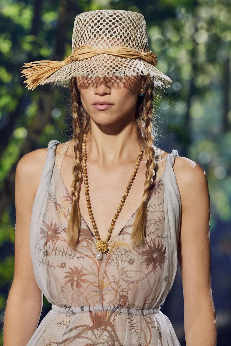 mũ đan và dây chuyền chuỗi hạt dior xuân hè 2020