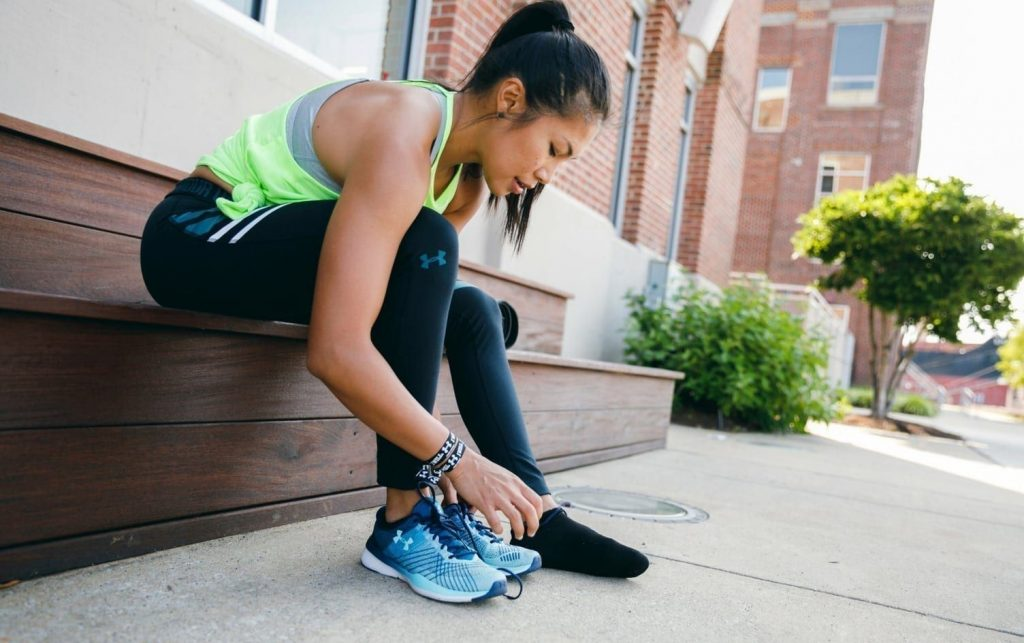 phụ nữ cột giày khi đi bộ