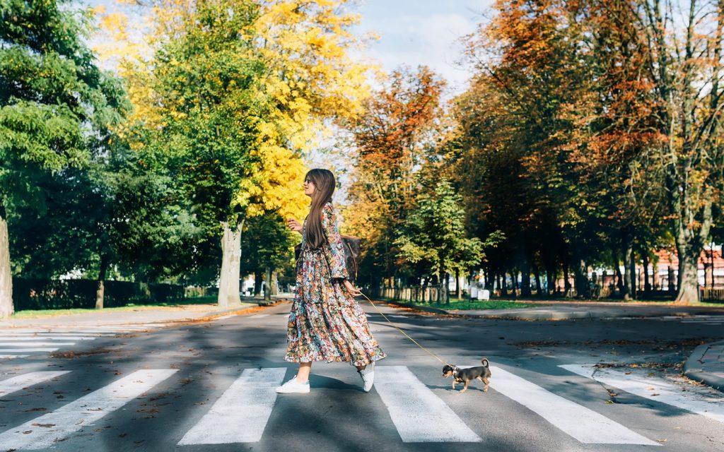 phụ nữ đi bộ 01