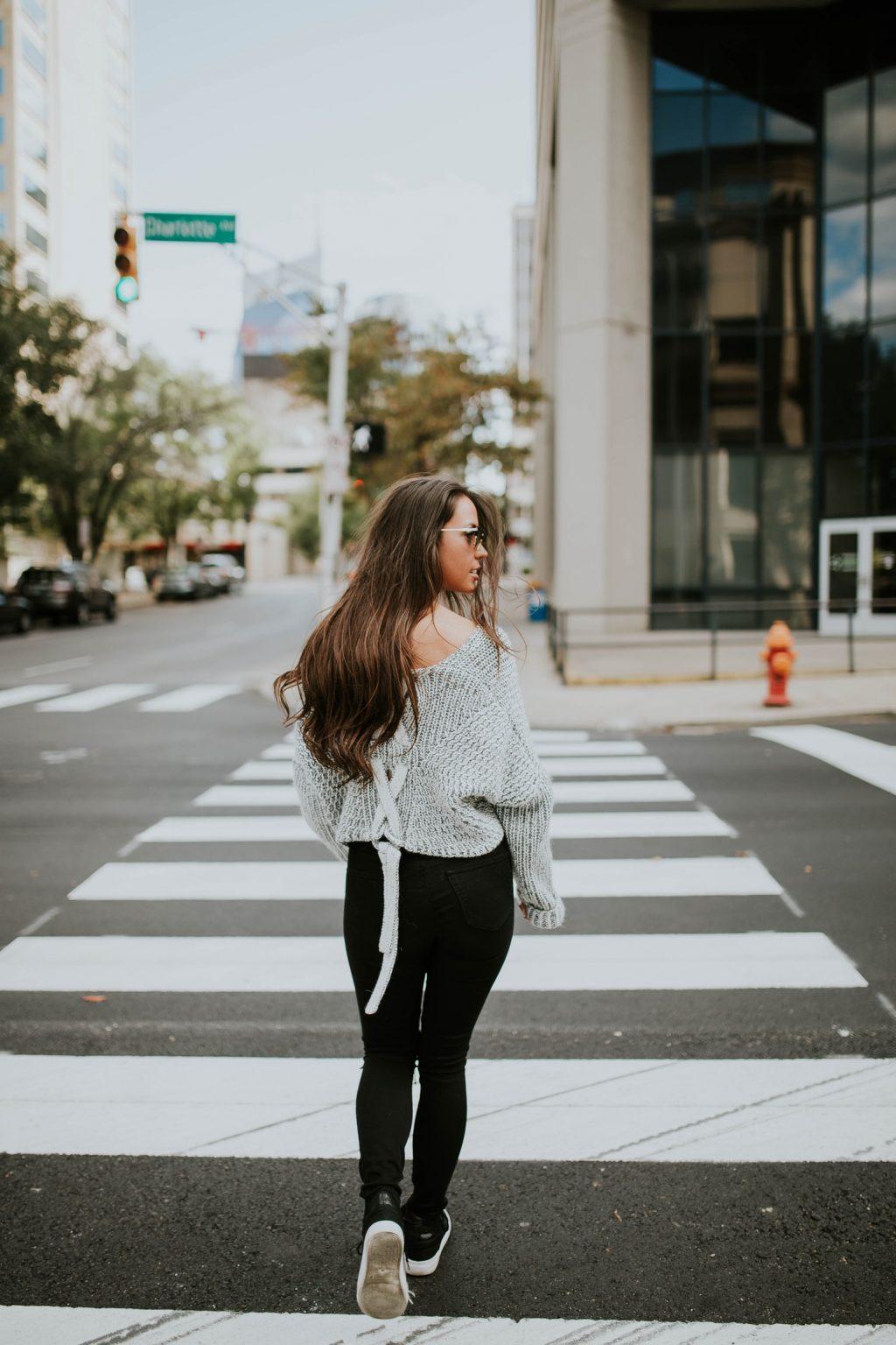 phụ nữ đi bộ ft02