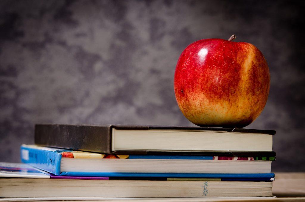 quả táo trên sách