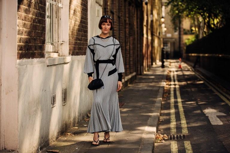 street style gam màu trung tính tại tuần lễ thời trang London Xuân Hè 2020