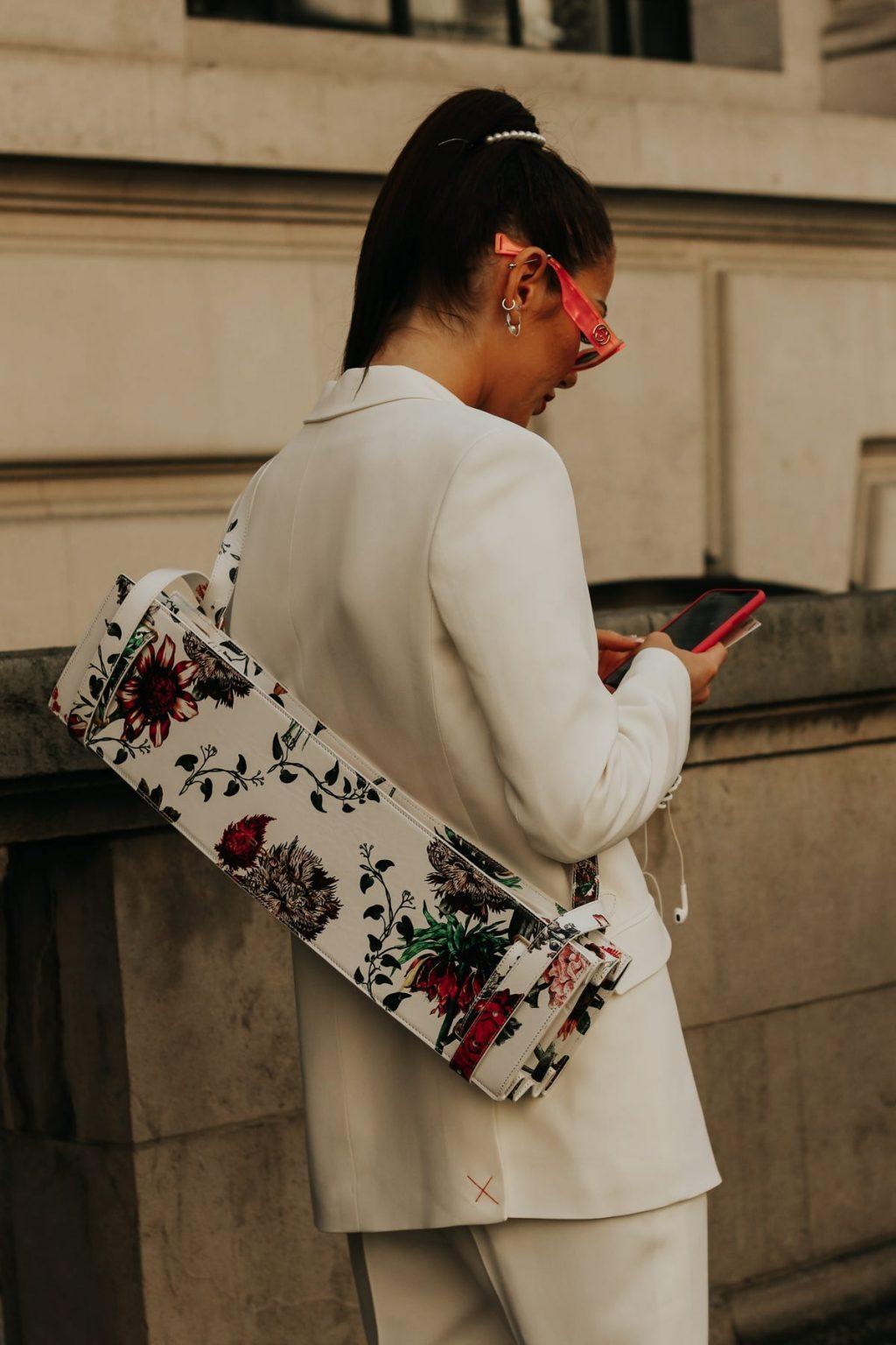 tạo điểm nhấn cho trang phục màu sắc trung tính bằng phụ kiện hoạ tiết hoa.
