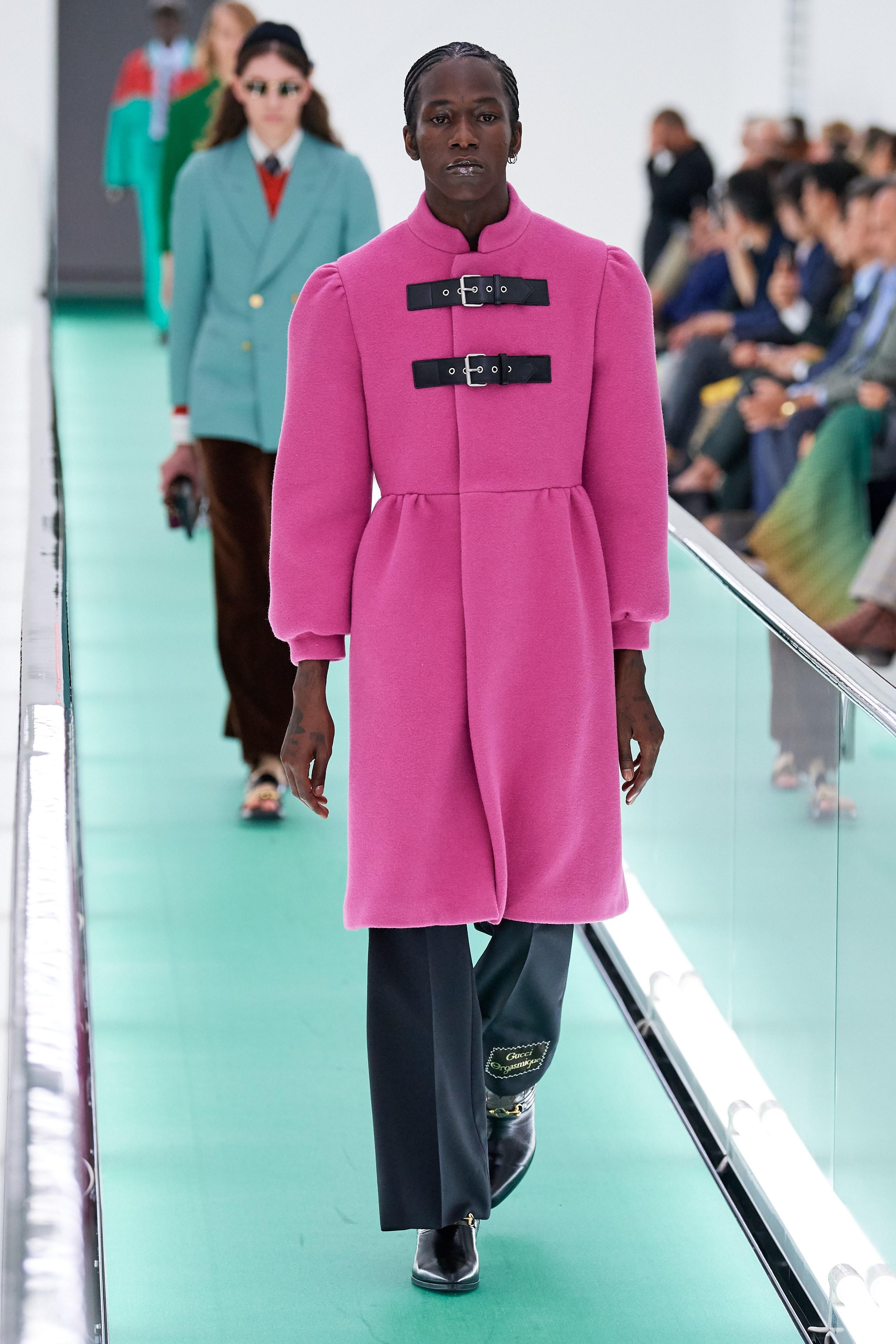 áo khoác dáng dài dành cho nam màu hồng gucci xuân hè 2020