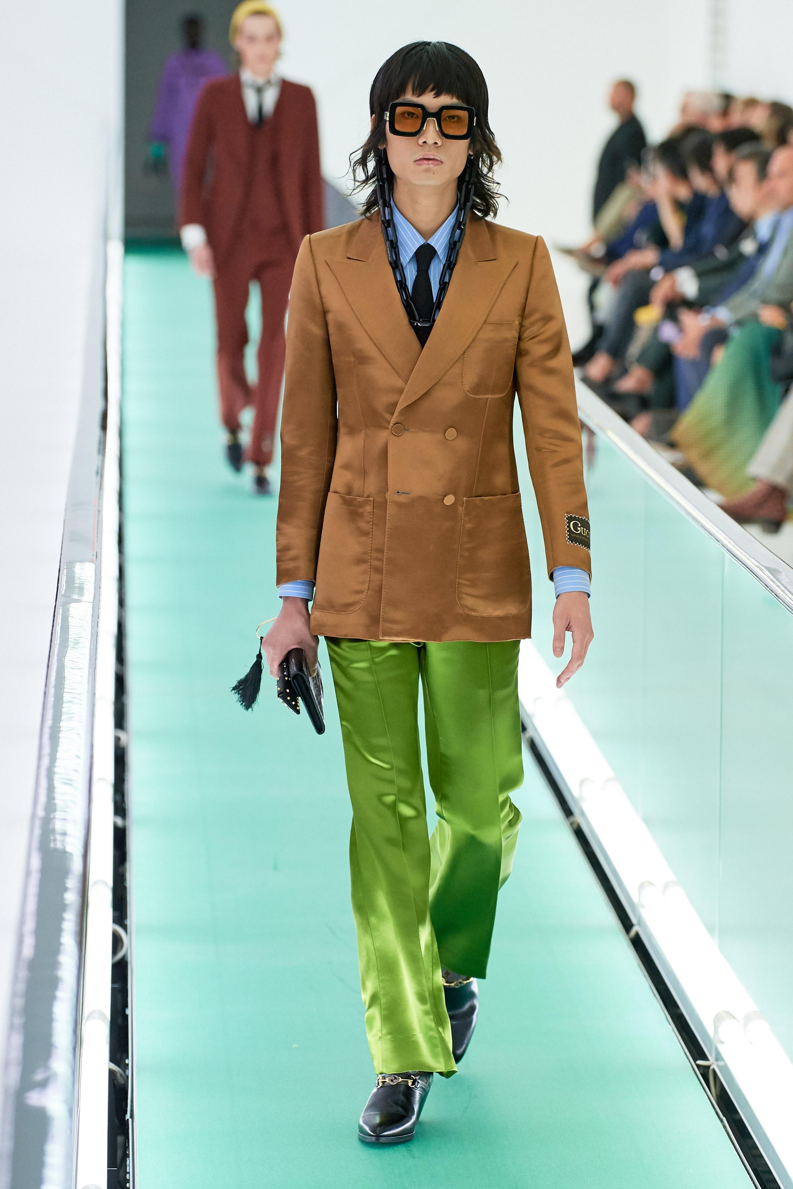 suit màu nâu và xanh lá bằng lụa gucci xuân hè 2020