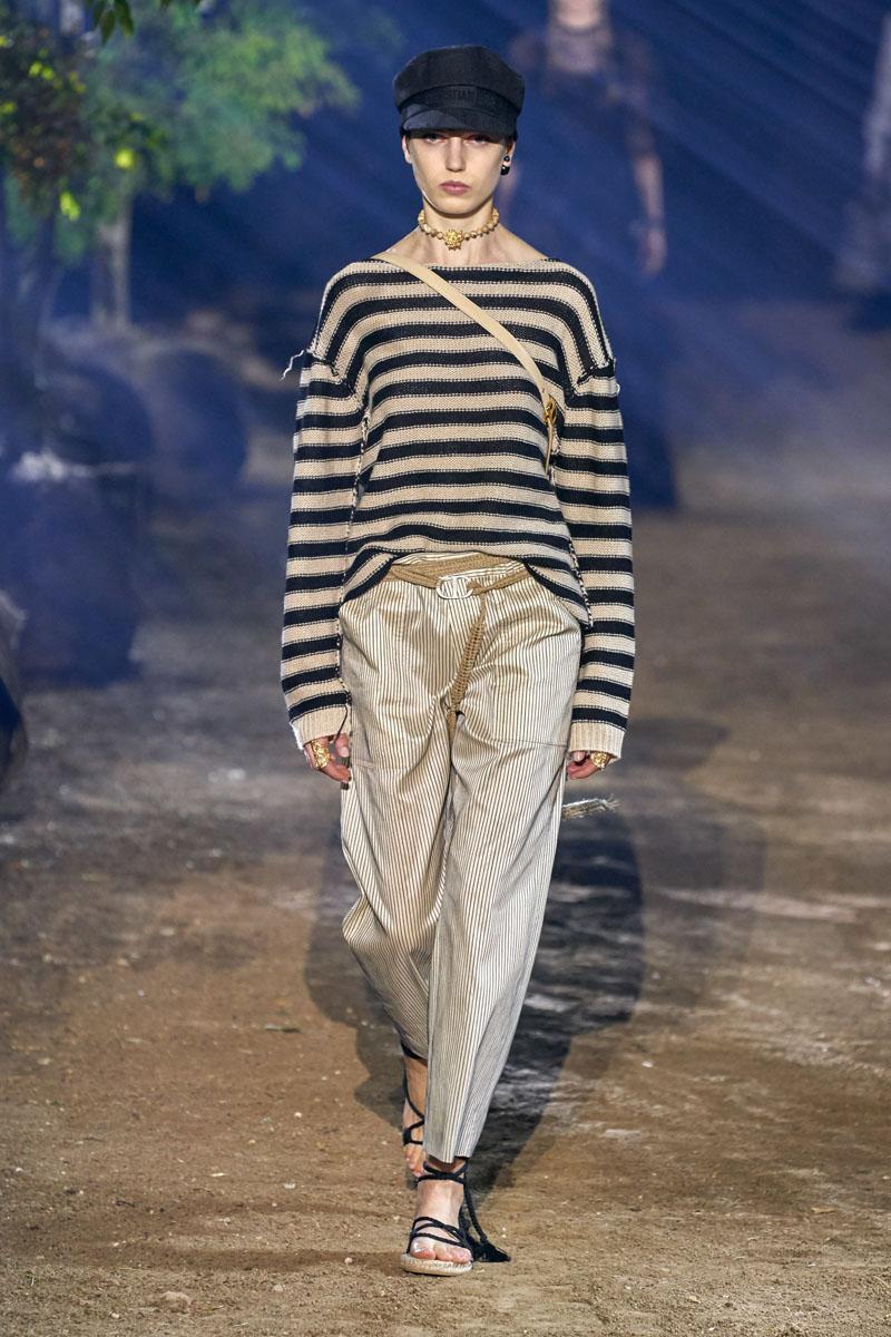 áo kẻ ngang và quần ống rộng dior xuân hè 2020