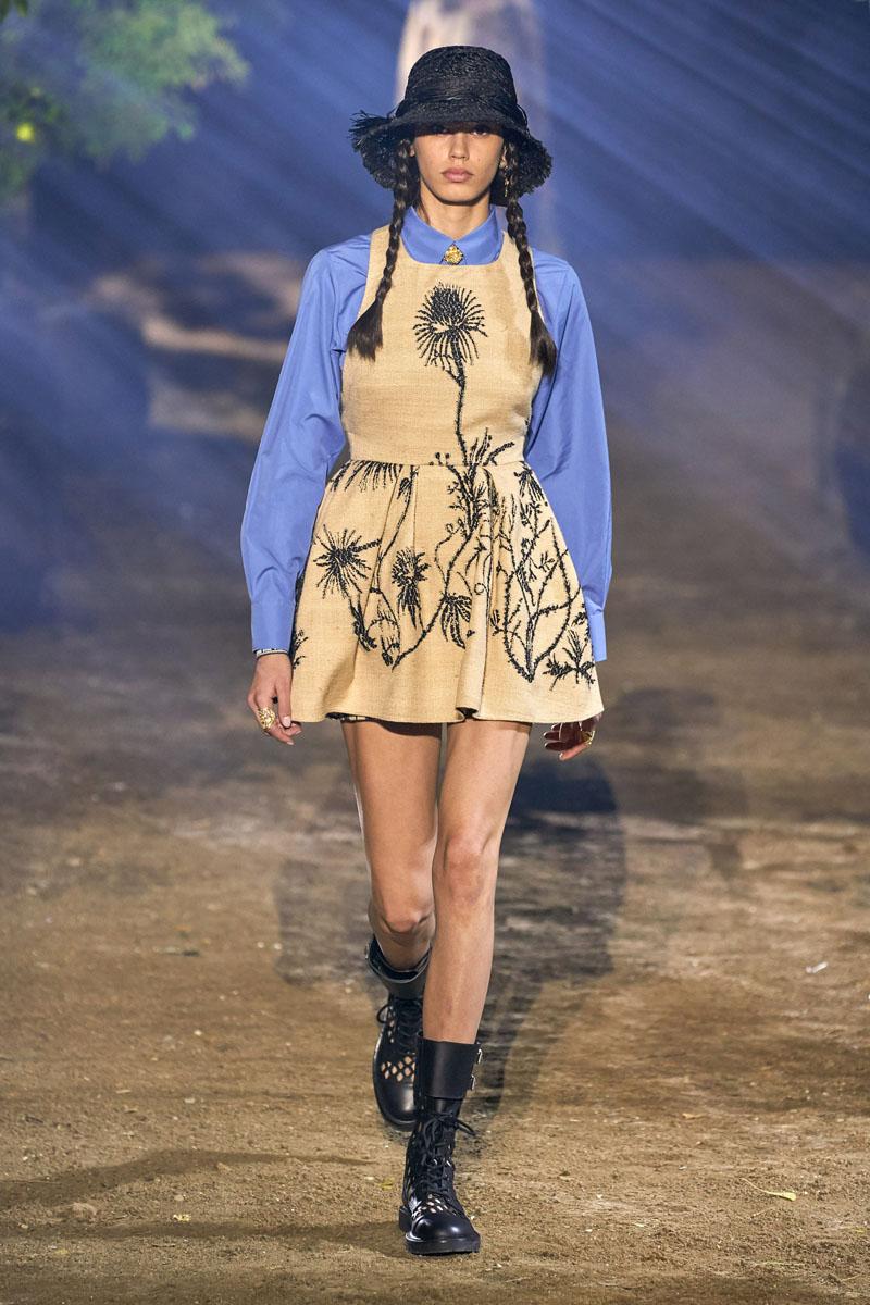 thiết kế đầm họa tiết hoa và áo sơ mi xanh dior xuân hè 2020