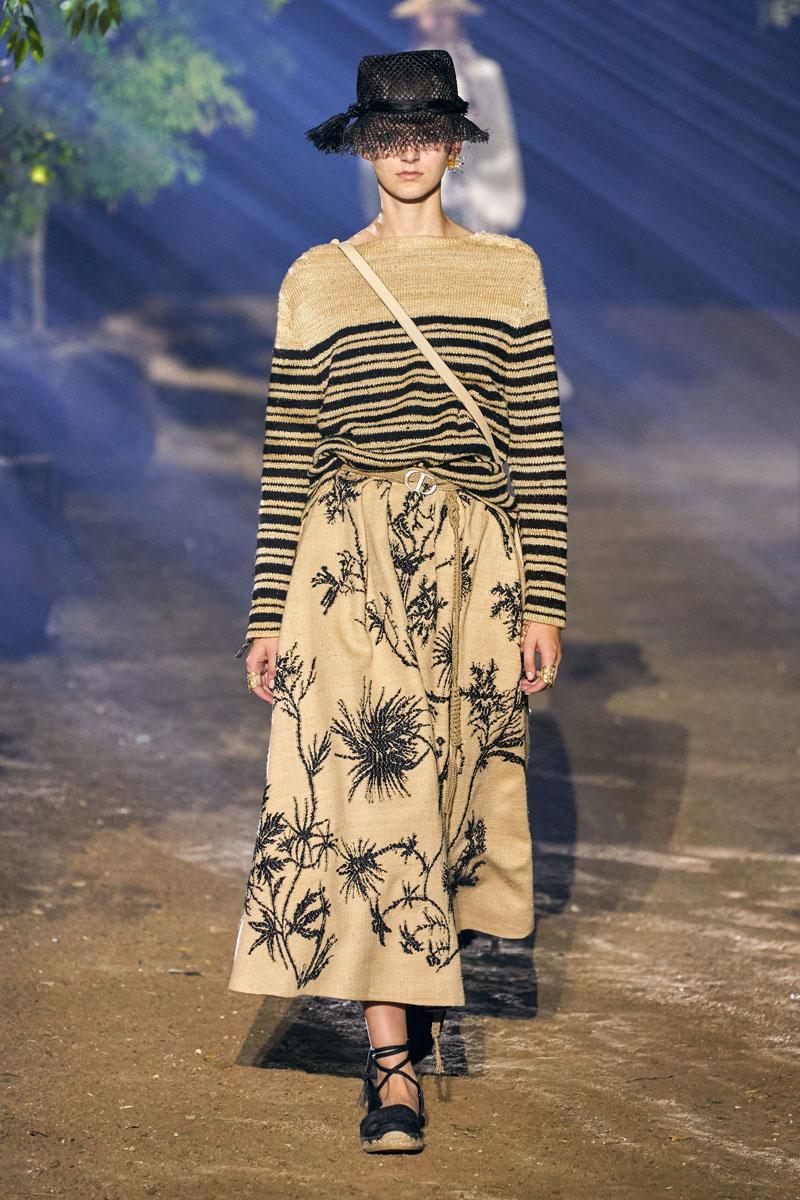 áo kẻ ngang và chân váy hoa dior xuân hè 2020