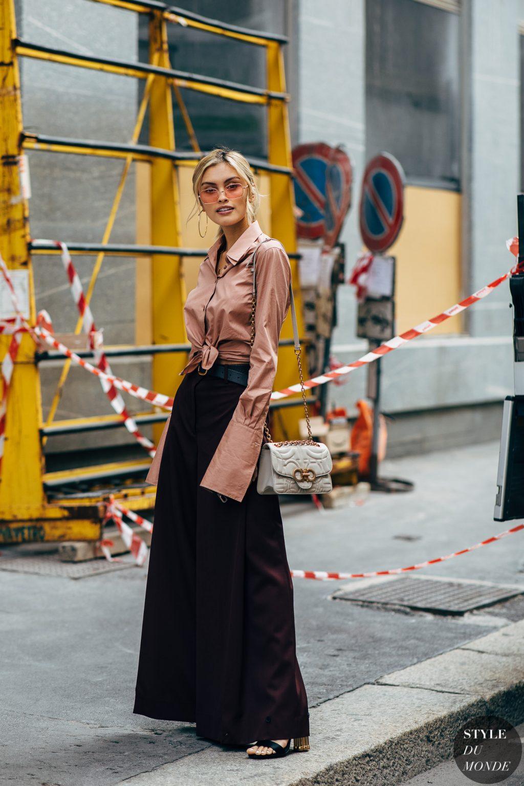 thời trang tuổi 30 áo sơ mi tay dài màu hồng quần ống loe màu đen mắt kính màu hồng