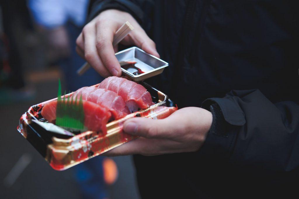 Với đặc tính chống viêm, chống ôxy hóa, chống ung thư và bảo vệ tim mạch, cá béo là thực phẩm tốt có khả năng giúp chúng ta chống lại bệnh viêm phổi do vi khuẩn. Ảnh: Unsplash.