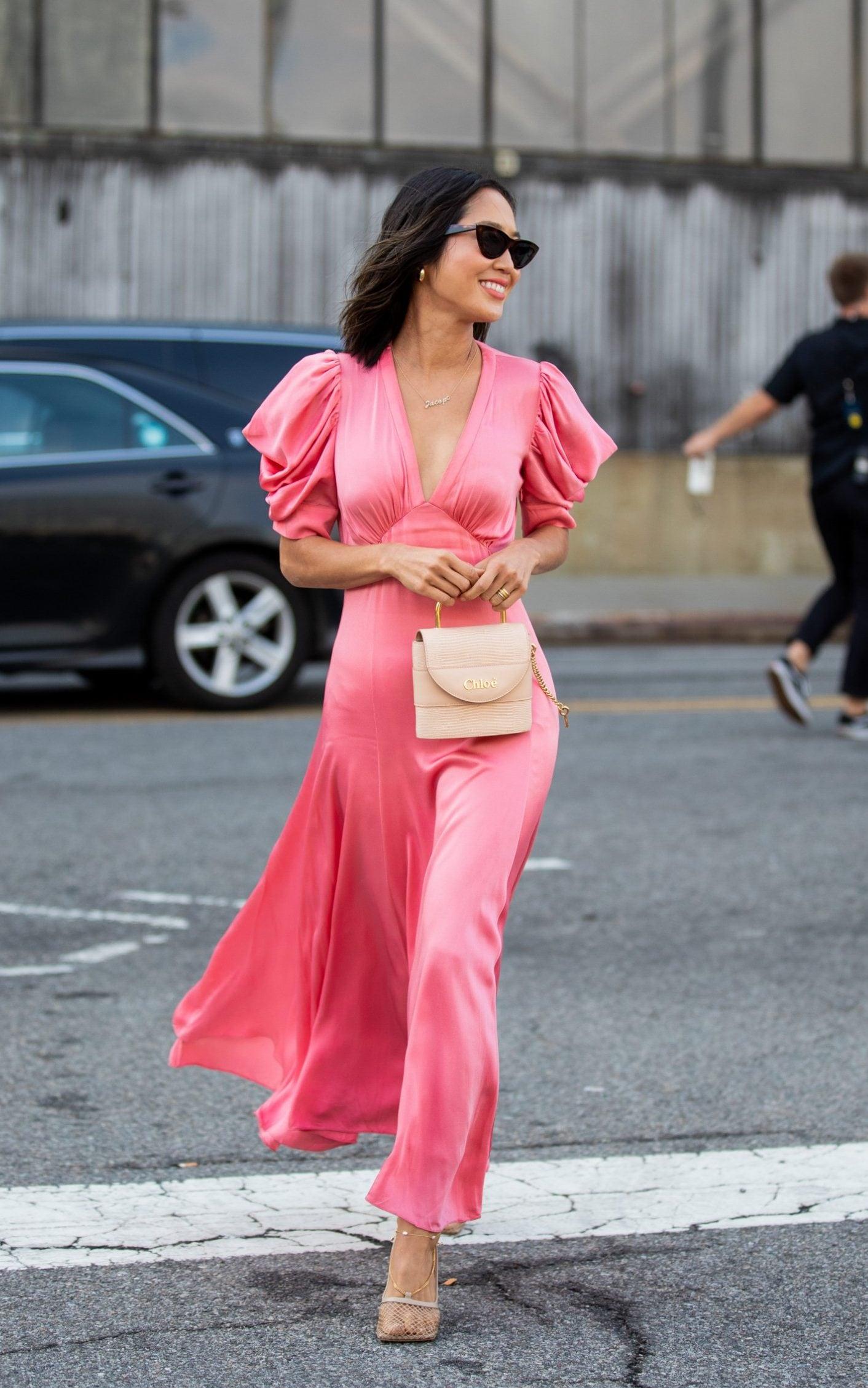 Trang phục hồng thể hiện tính cách dịu dàng, nữ tính