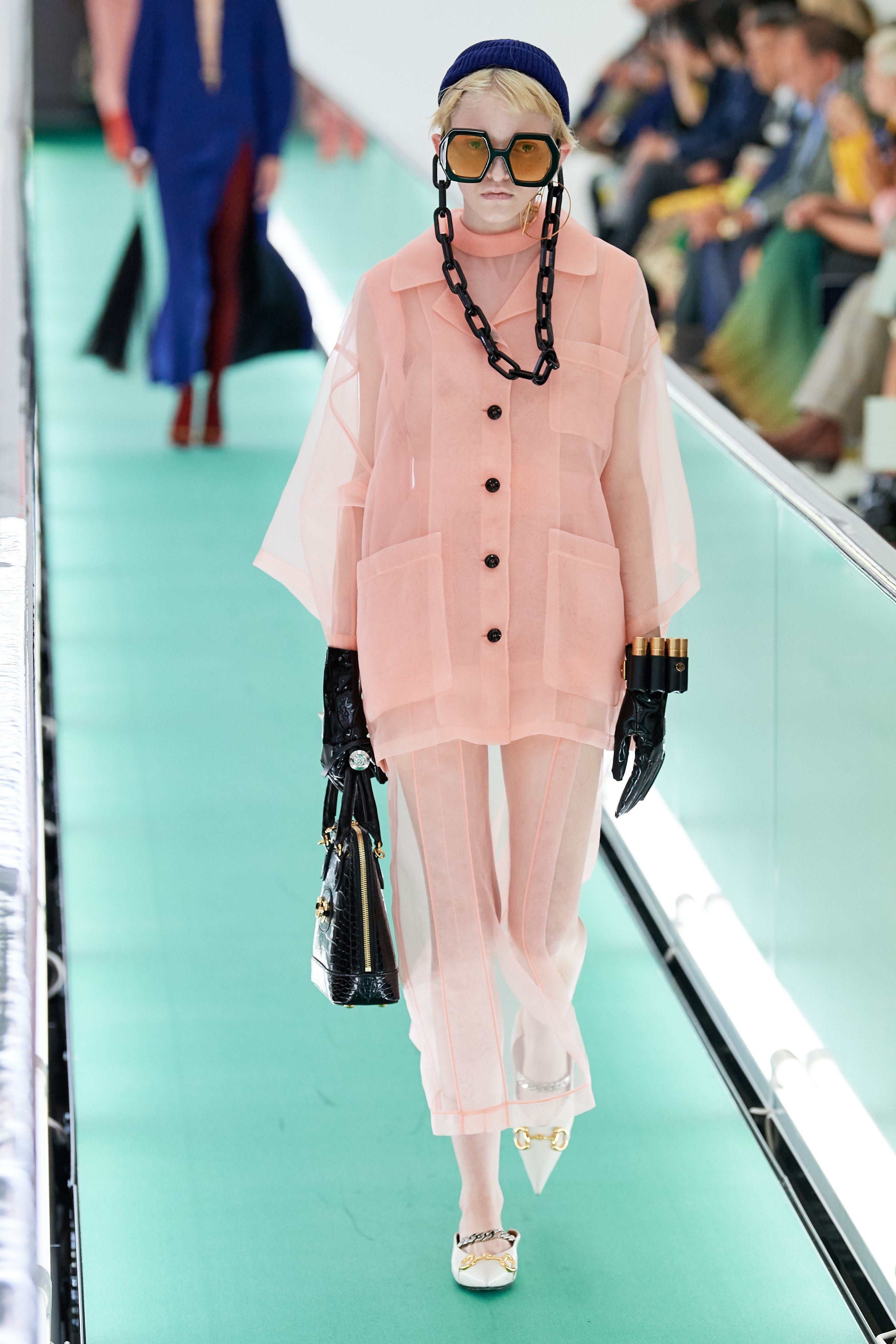 trang phục hồng pastel trong bộ sưu tập gucci xuân hè 2020