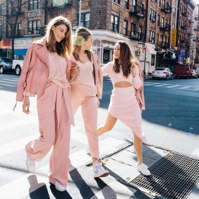 các cô gái dạo bước với tông màu hồng