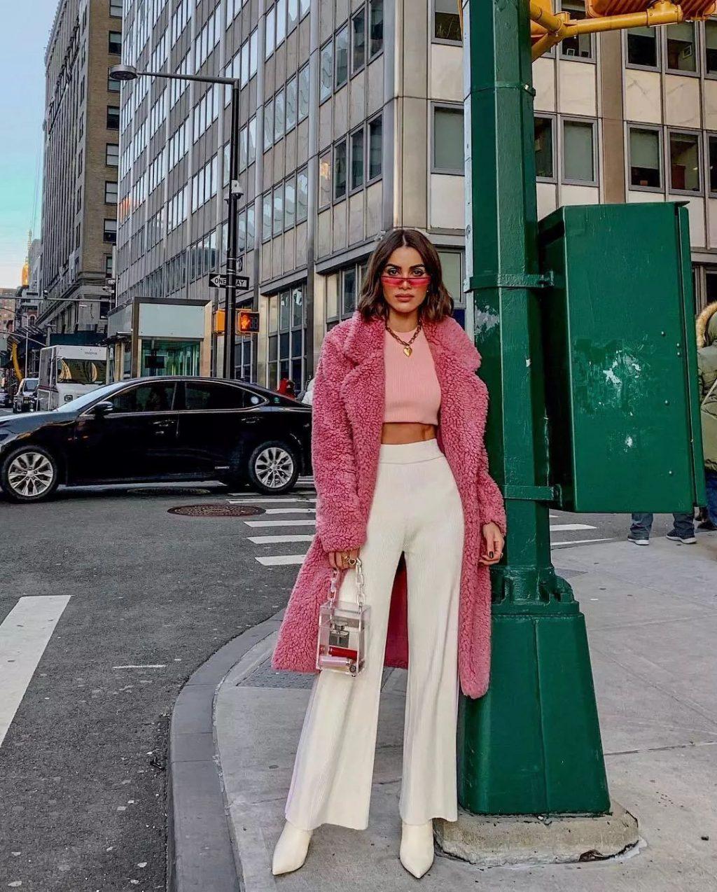 trang phục màu hồng màu trắng đi với màu hồng