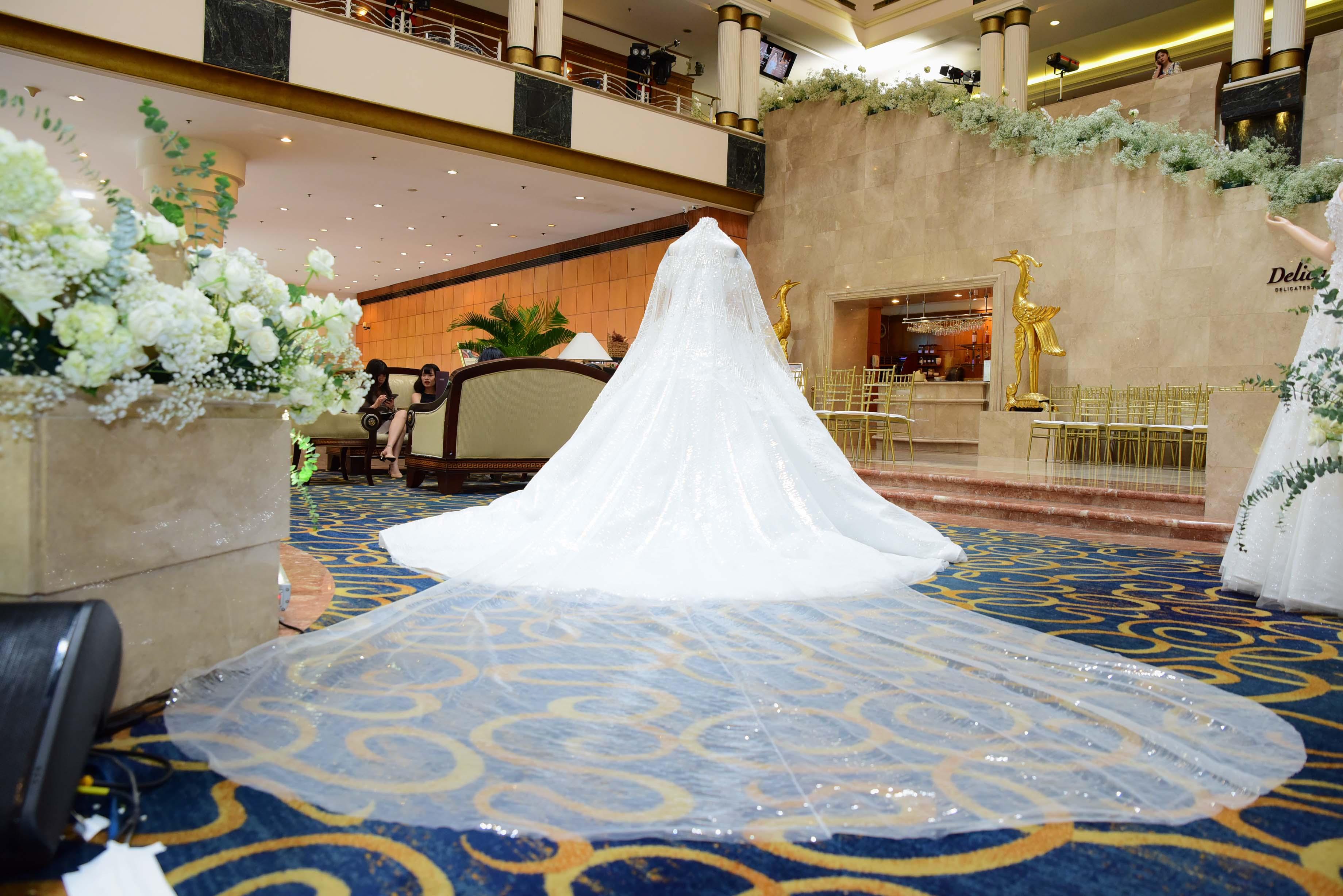 váy cưới đính pha lê