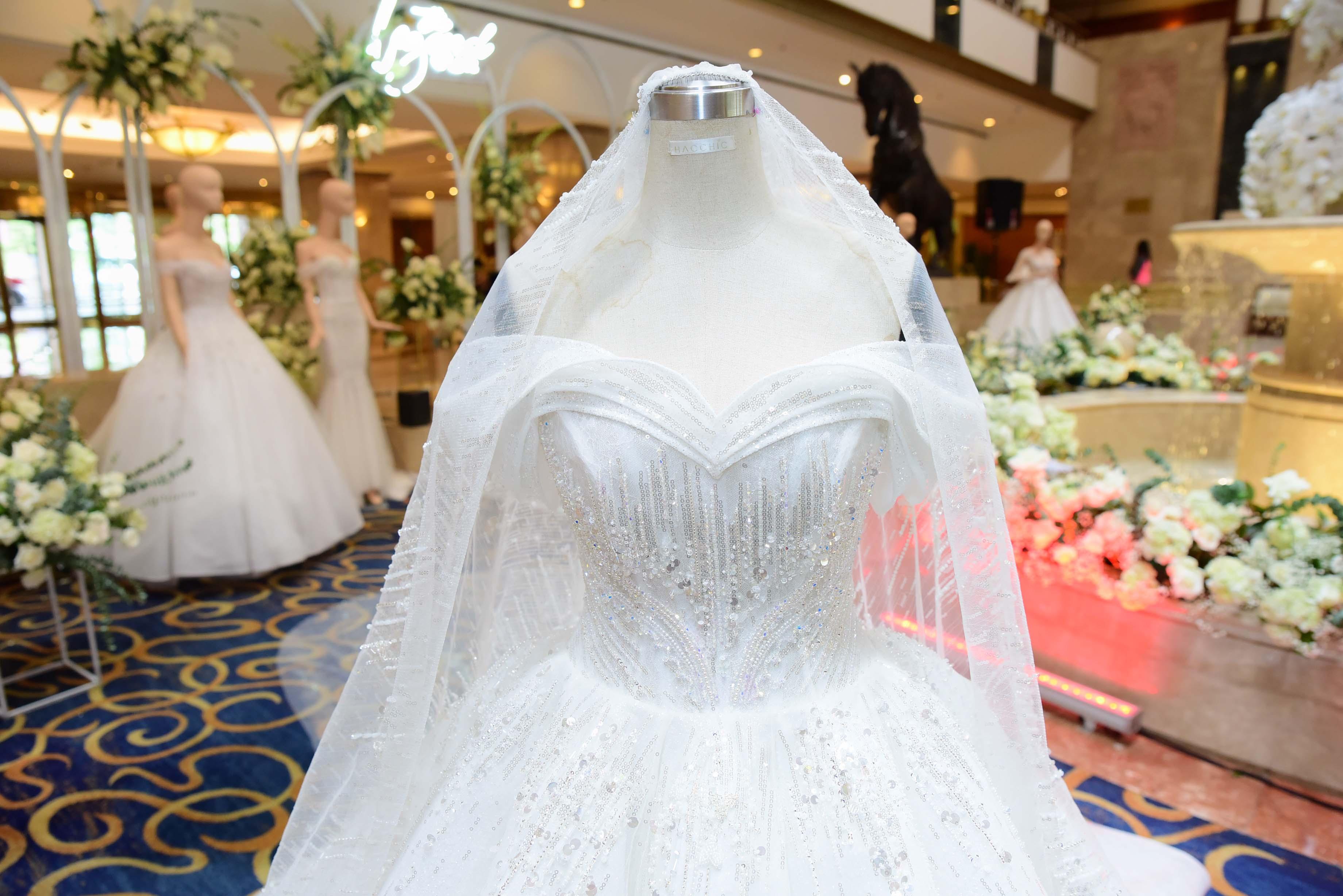 váy cưới đính pha lê 2