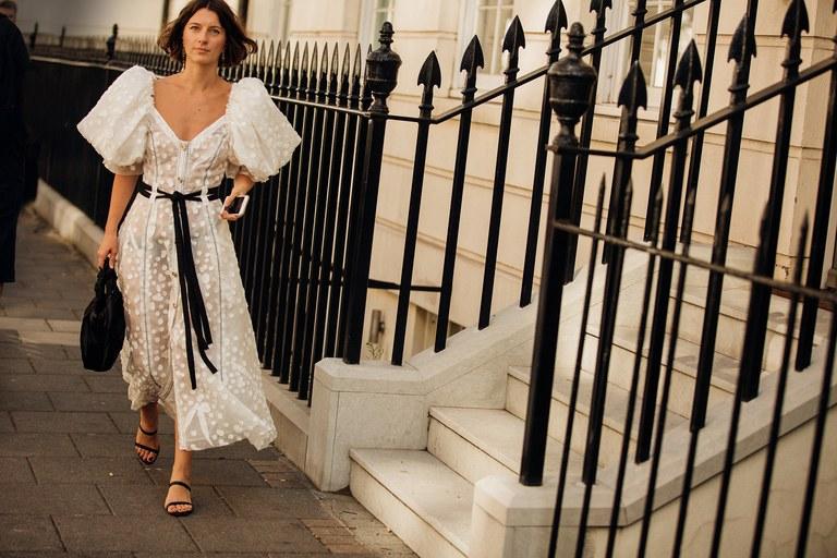 váy trắng tay phồng tại Tuần lễ thời trang London Xuân - Hè 2020