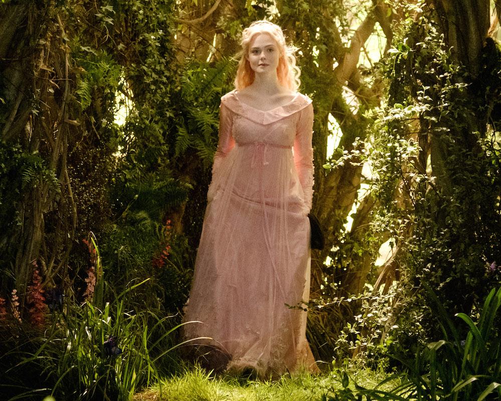 Elle Fanning trong đầm hồng lụa