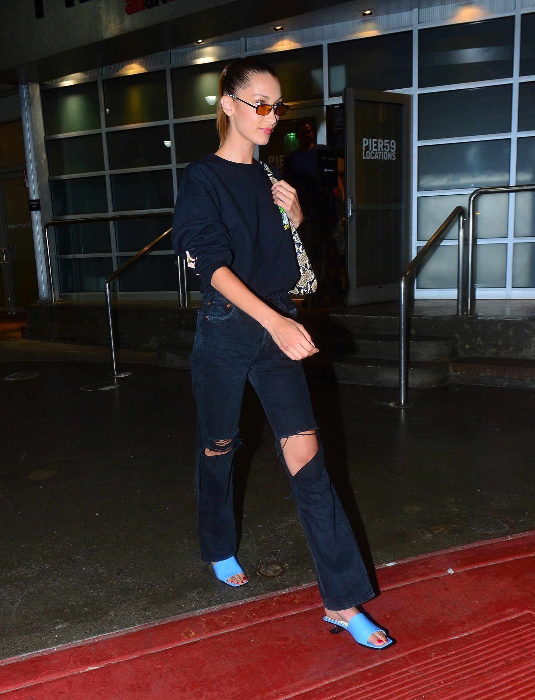 Bella Hadid diện giày cao gót mũi vuông - xu hướng thời trang ugly