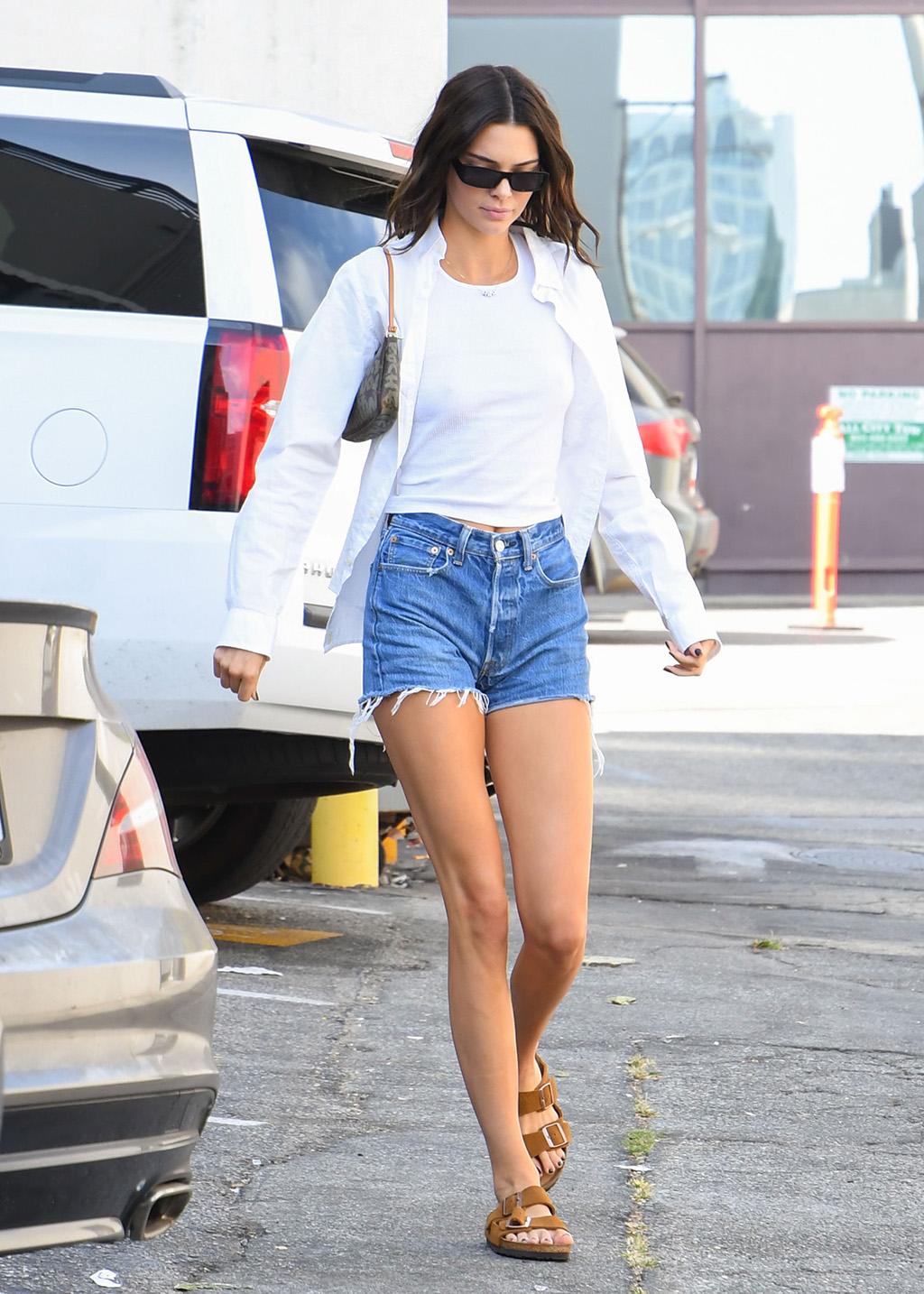 Kendall Jenner diện birkenstock - xu hướng thời trang Ugly