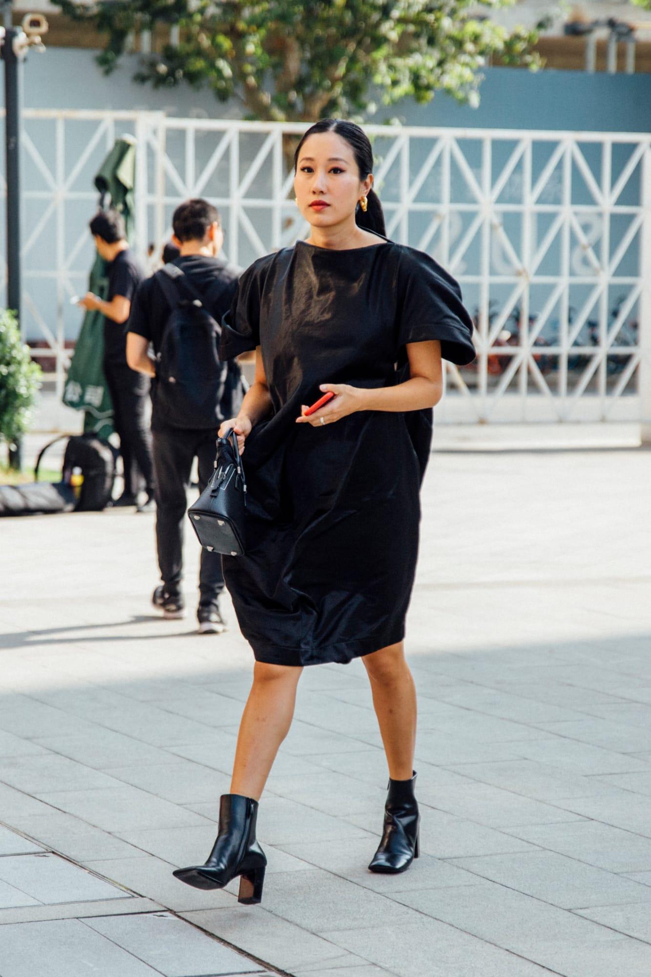 Boots cao gót phối cùng đầm đen