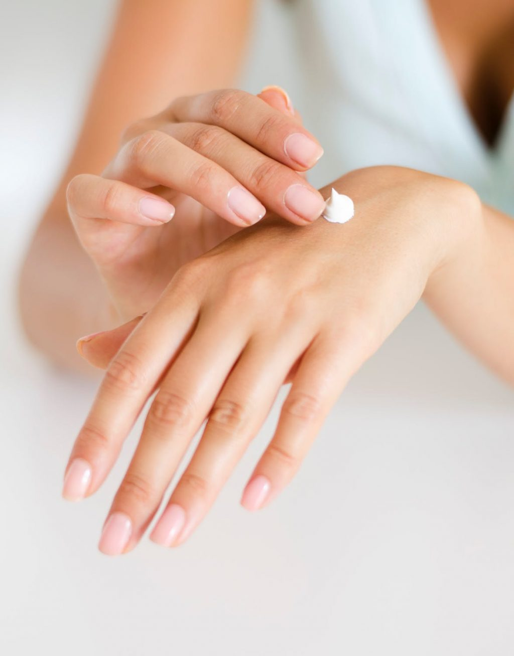 thường xuyên dùng các sản phẩm dưỡng ẩm hằng ngày để bảo vệ da