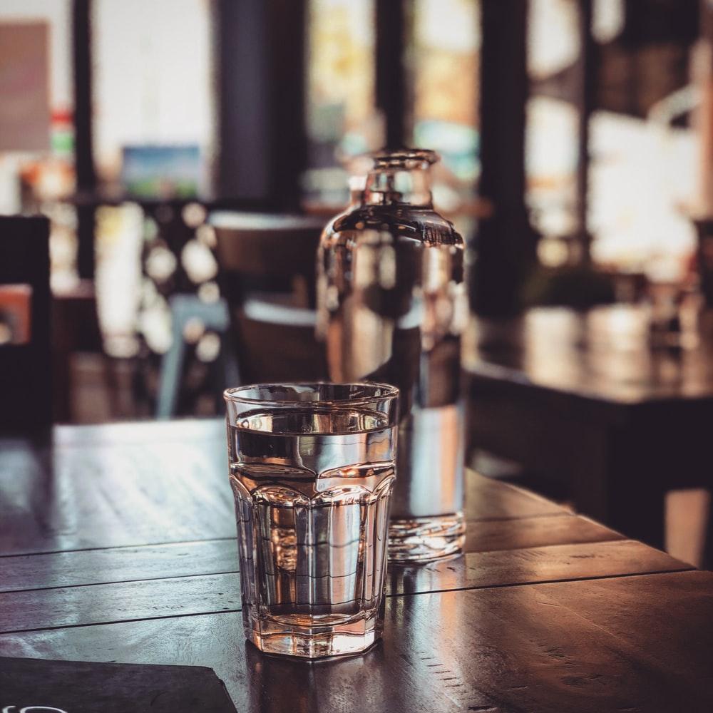 uống nước nhiều cũng là một cách dưỡng da hiệu quả