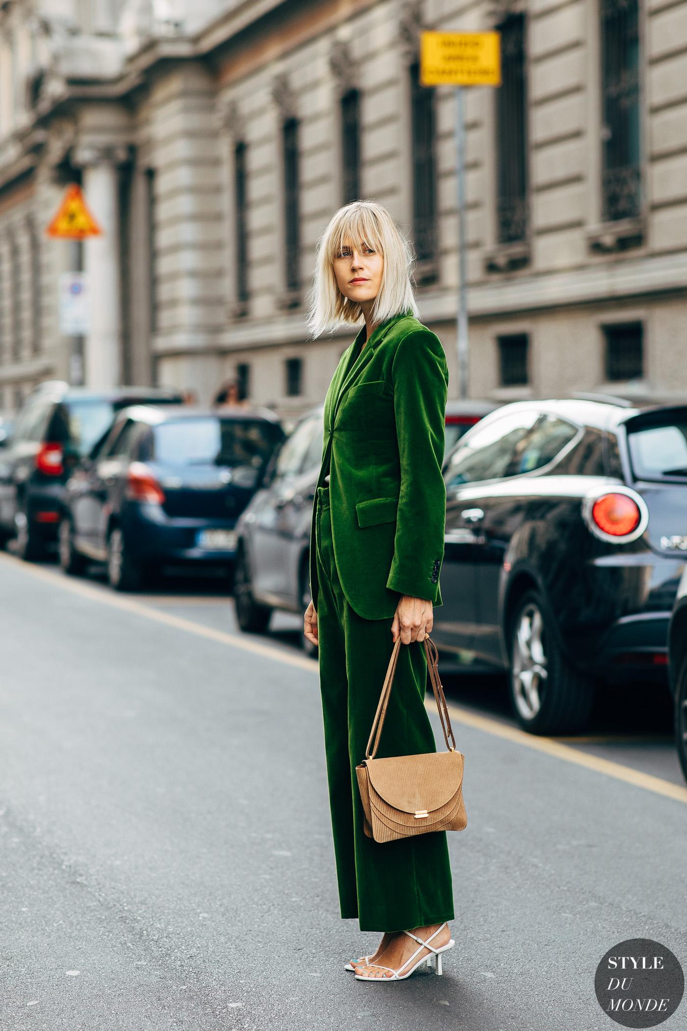 Suit xanh lá vải nhung thời trang mùa Thu.