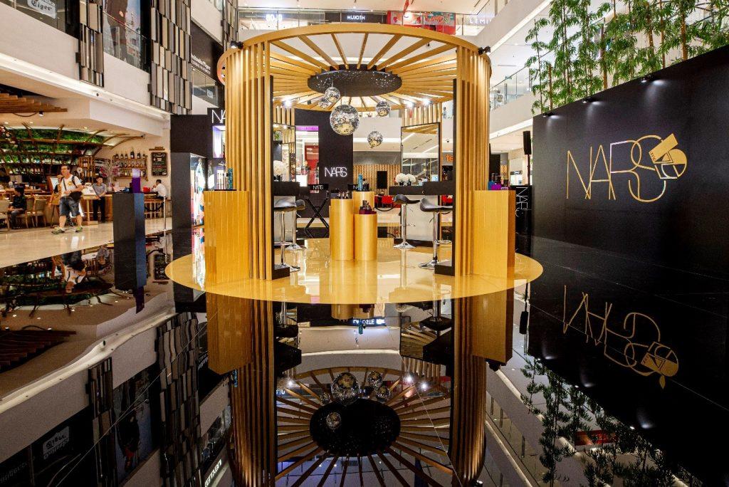 Vào ngày 15/10/2019 vừa qua, NARS đã khai trương cửa hàng thứ hai tại Việt Nam tại lầu 1 Saigon Centre – khu TTTM sầm uất nhất Sài Gòn với mong muốn đem đến sự phục vụ đa dạng hơn cho các khách hàng thân thiết. Cửa hàng được thiết kế riêng bởi những kiến trúc sư tại New York và mang đậm bản sắc thương hiệu: sang trọng, trẻ trung, hiện đại, bao gồm nhiều không gian mở để khách hàng có thể lựa chọn sản phẩm và khu vực trang điểm riêng.