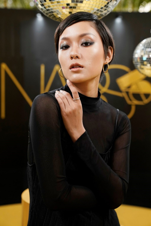 Nguyên tắc cân bằng: khi màu mắt đã ấn tượng, hãy để môi tự nhiên với gam màu nhẹ nhàng. Son màu nude là một trong những gam màu được yêu thích trong bộ sưu tập NARS Studio 54.