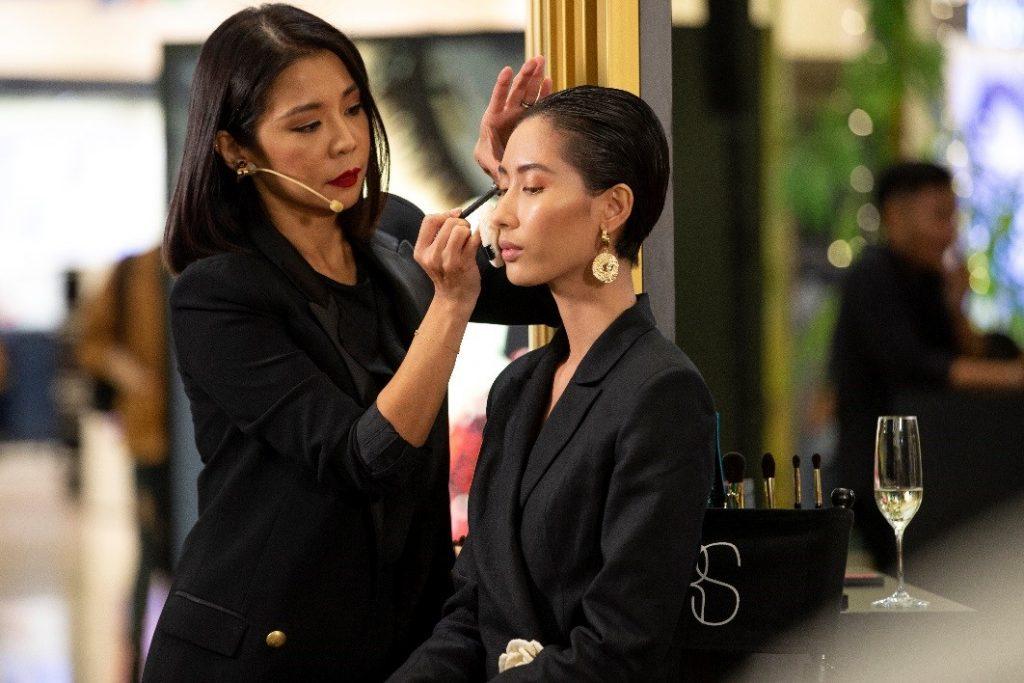 Makeup Artist Sian dùng chì NARS High Pigment Longwear Eyeliner màu Park Avenue xanh navy để tạo viền mắt ấn tượng cho người mẫu.