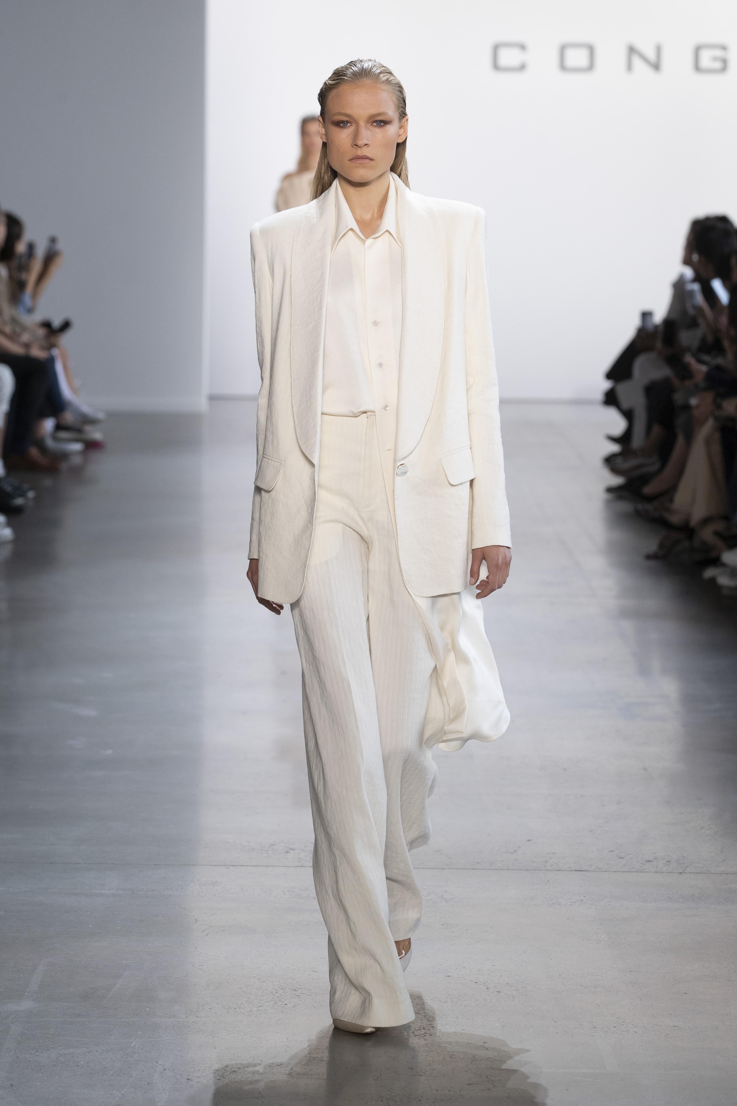 Suit trắng trong BST Đi nhặt hạt sương đêm