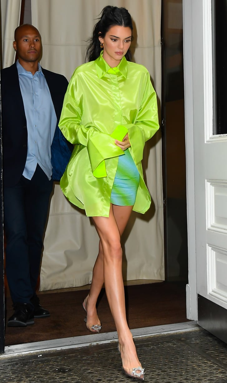 Kendall Jenner diện chân váy midi 21/6/19)
