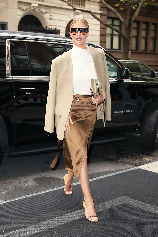Rosie Huntington mặc váy midi lụa màu trung tính