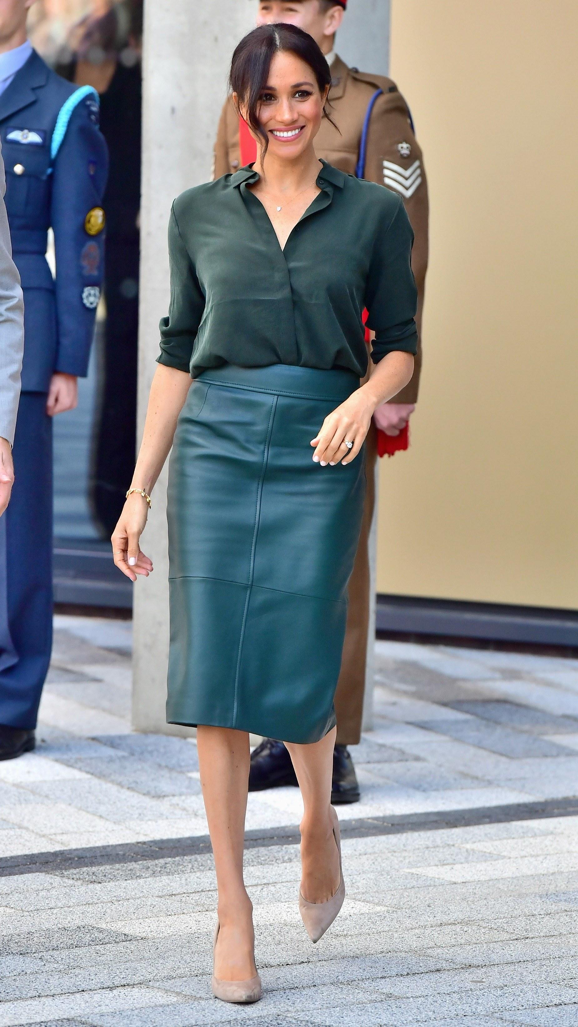 công nương Meghan diện chân váy midi