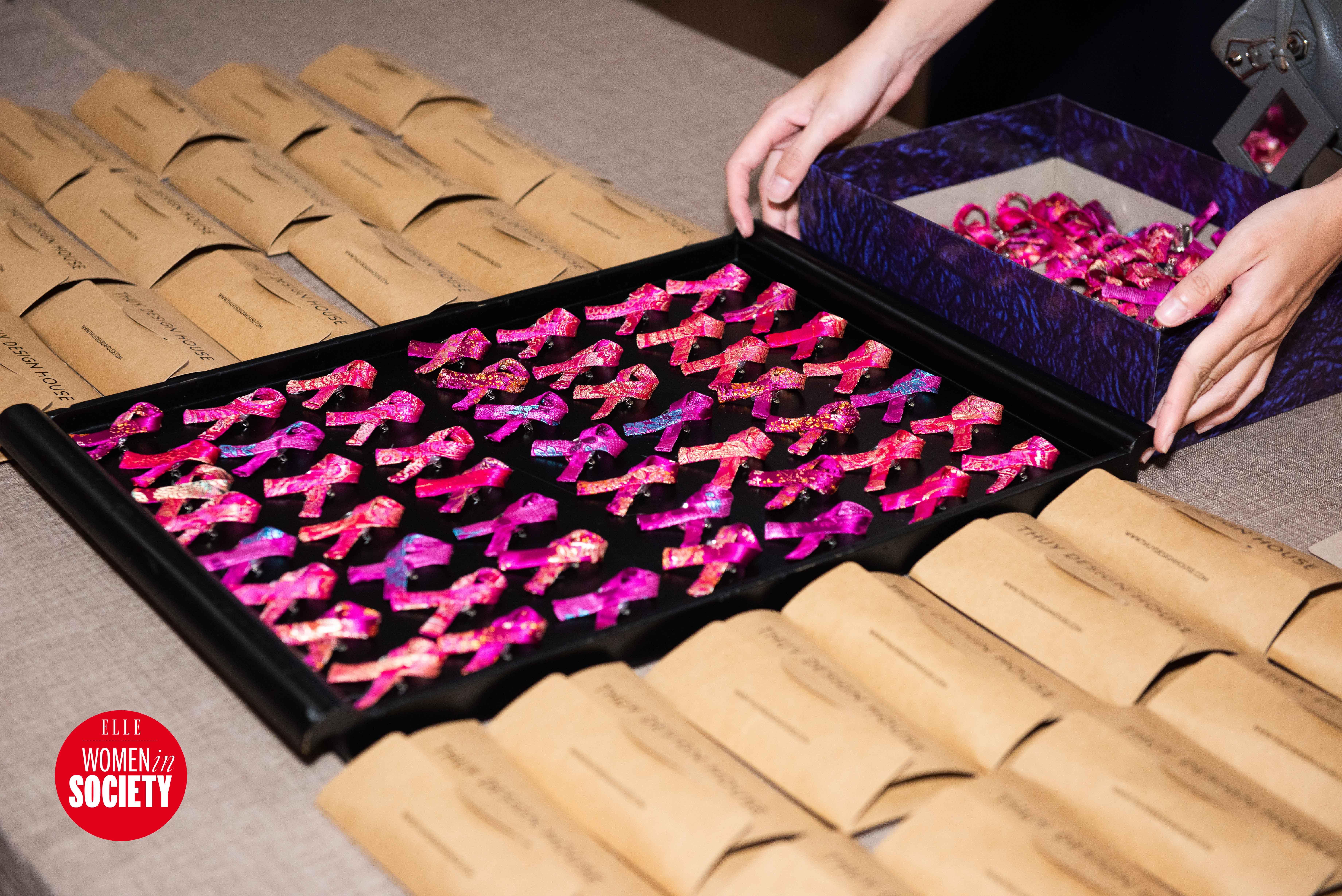 Thiết kế ruy băng hồng gây quỹ của elle women in society