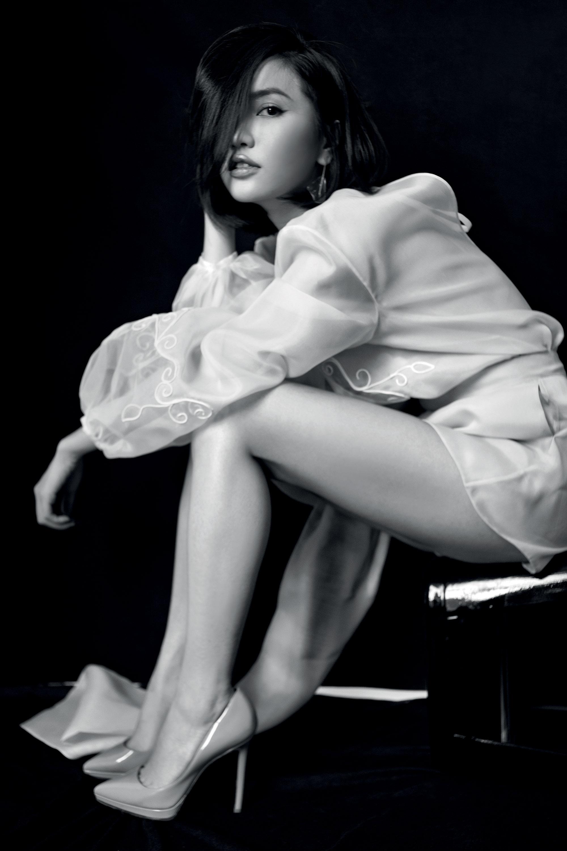 phụ nữ Bích Phương ngồi nhìn xéo