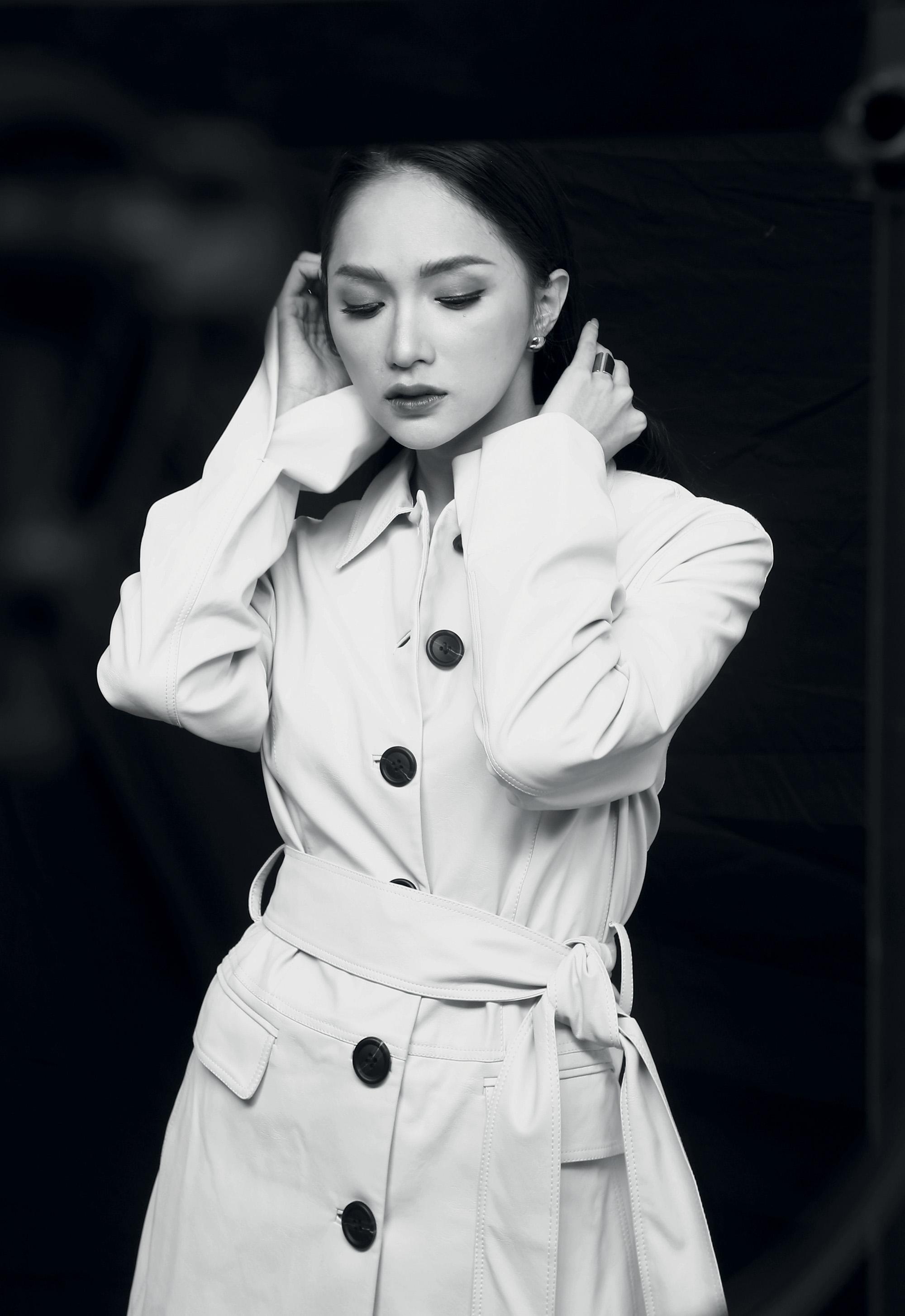 phụ nữ Hương Giang mặc đầm trắng